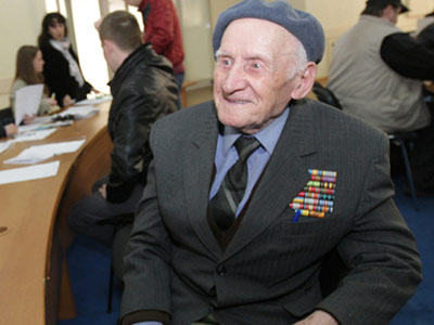 Николай Осташевский. 92-летний ветеран, записавшийся добровольцем в Штаб национальной защиты в Днепропетровске.