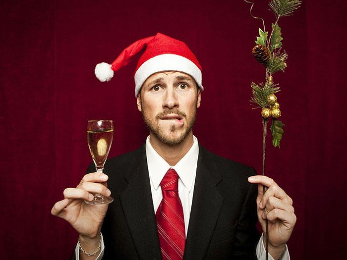 Фото на Новый Год. Парень в шапочке и с бокалом шампанского.