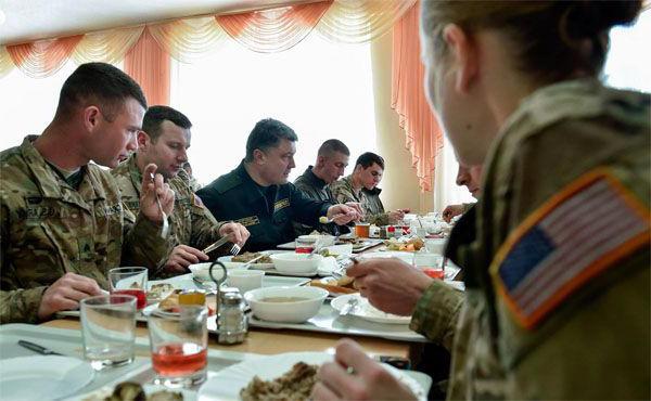 Американские десантники едят украинский борщ из рук президента Порошенко.