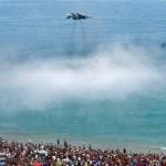 Истребитель пролетел низко над головами загорающих на пляже ВИДЕО