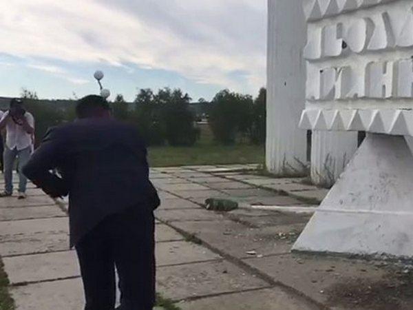 butylka-shampanskogo-ranila-zhenixa-na-svadbe-smotret-video