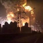 В китайском городе Тяньцзинь в порту прогремел мощный взрыв ЖЕРТВЫ ВИДЕО