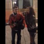 Фронтмен Стивен Тайлер из Аэросмит спел с уличным музыкантом в Москве ВИДЕО