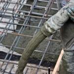 На стройке у парня кинули смартфон в жидкий бетон за переписку  ВИДЕО