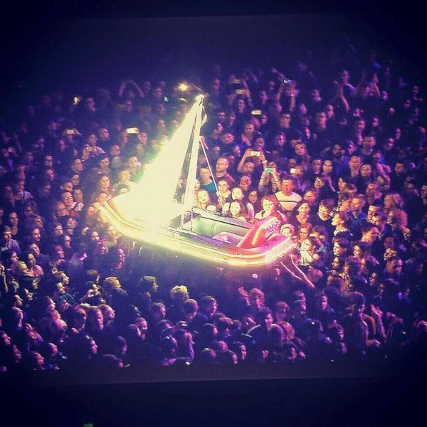 На одном из концертов Земфира проплыла по рукам фанатов в лодке