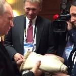 В Перу Путину связали свитер к холодной зиме ВИДЕО