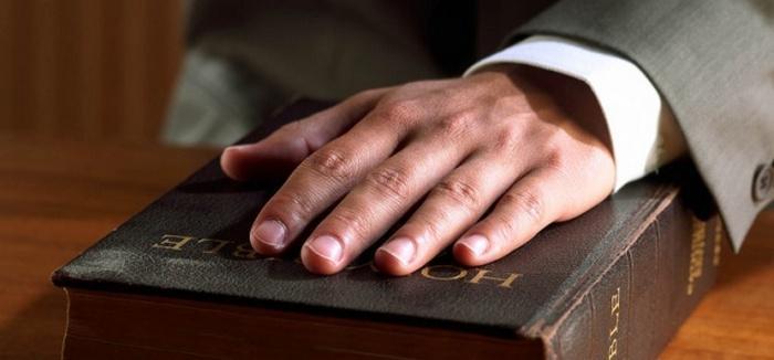 """Рука на Библии означает """"Клянусь"""""""