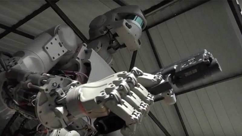 eto-ne-terminator-russkij-android-fedor-uchitsya-strelyat-foto-video