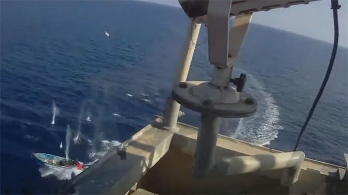 smertelnyj-boj-mezhdu-somalijskimi-piratami-i-oxrannikami-sudna-video
