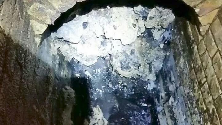 gigantskaya-gora-musornogo-ajsberga-ugrozhaet-londonu-video-foto
