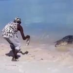 Австралийский индеец играет с крокодилом ВИДЕО
