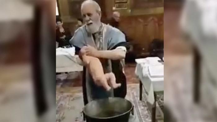 svyashhennik-chut-ne-zadushil-rebenka-vo-vremya-kreshheniya-video